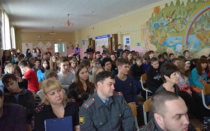 """Волонтёры НОБФ """"Независимость"""" и Центра Поддержки Гражданских Инициатив «Вместе»проводят профилактическую работу в учебных заведениях среди молодёжи."""