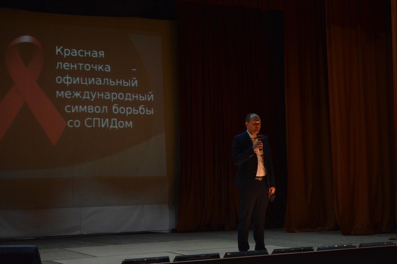 """""""Красная лента"""" в день борьбы со СПИДом"""